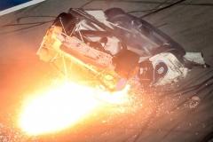 L'auto scivola capovolta . Una perdita di carburante causerà un principio di incendio.
