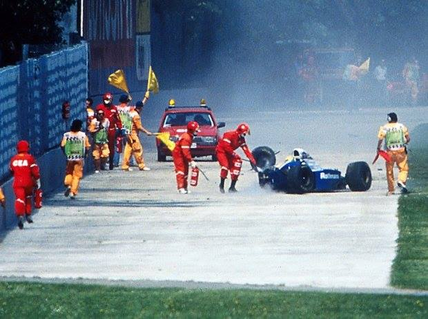 La macchina dei soccorsi si mette in moto dopo l'orribile incidente al Tamburello. Ayrton Senna è esanime nella sua Williams. © unknown